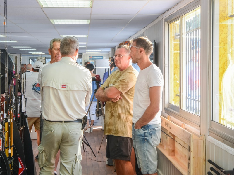 Intérieur du magasin Top Fishing Var, lors de l'inauguration le 2 septembre 2017